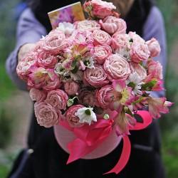 Троянди в капелюшній коробці Муза
