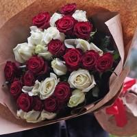 41 червона і біла троянда 60 см