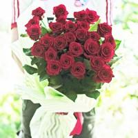 Букет 25 високих червоних троянд