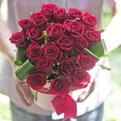 21 red roses in a hat box