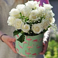 15 белых роз в коробке