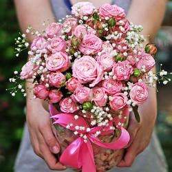 11 кустовых розовых роз в шляпной коробке
